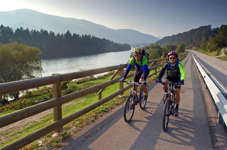 Spodbujamo trajnostno mobilnost:  8,3 milijona evrov evropskih sredstev za kolesarske povezave širom Slovenije